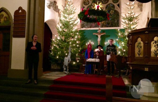 Weihnachtsgeschichte Weihnachtsfeier.Paten Und Flüchtlinge Lauschen Gemeinsam Der Weihnachtsgeschichte